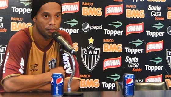 Ronaldinho pierde contrato con Coca Cola por aparecer con una Pepsi