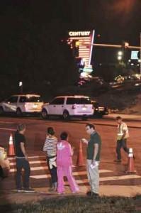 Curiosos frente a los cines Century en Aurora, Denver (EE UU). / BOB PEARSON (EFE)